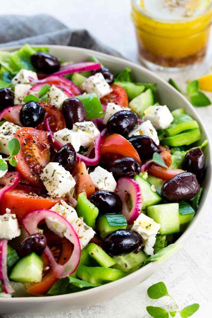 accompagnement froid pour barbecue, idée pour faire une salade grecque aux concombres, tomates, olives, oignons, feta et origan