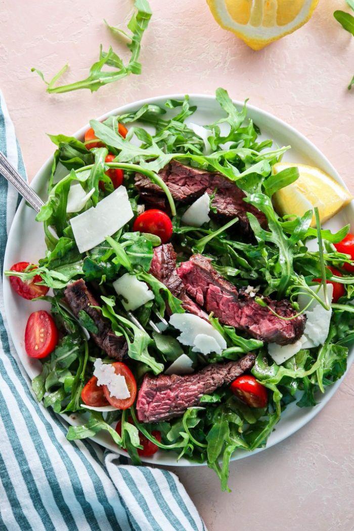 salade composée originale avec viande de boeuf à la roquette avec tomates cerise, fromage italien