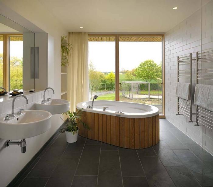 baignoire japonaise bois et autoportante dans une salle de bain blanche au sol en carrelage gris anthracite, déco salle de bain zen