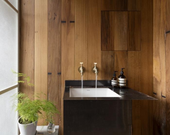 design salle de bain bois de style japonais, décoration petite salle de bain aux murs en bois avec évier en blanc et noir