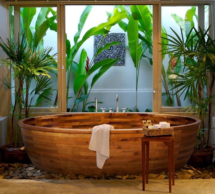 comment décorer une salle de bain relax avec baignoire japonaise en bois foncé, design salle de bain avec jardin zen
