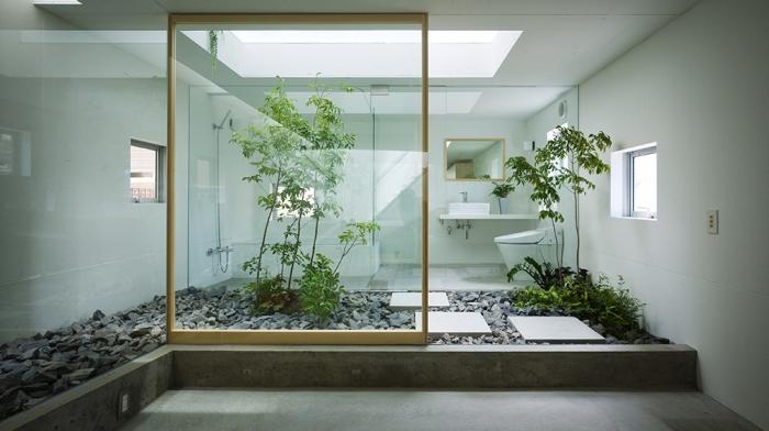 comment décorer une salle de bain nature en blanc avec accents en bois, design salle de bain avec jardin zen et cailloux