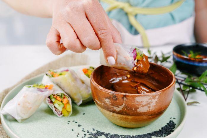 crudité et crevettes pour faire la farce pour rouleau de printemps à servire avec sauce rouleaux de printemps au beurre de cacahuete