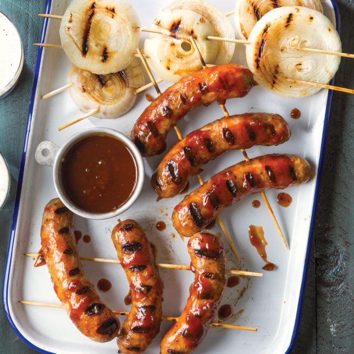 organiser un barbecue original brochette de saucisse à la sauce barbecue et brochette aux ignons grillés, idée barbecue simple