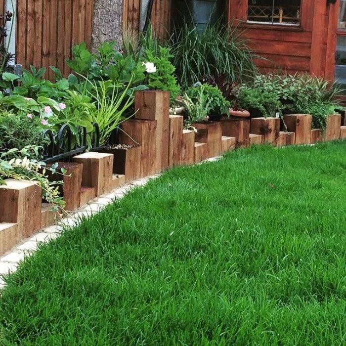 blocs de bois à hauteur diffférente pour fabriquer une bordure bois originale et separer un gazon