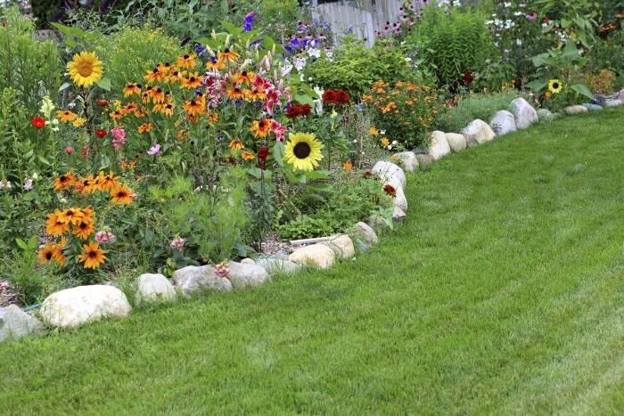 exemple de bordure de jardin en pierre pour border une parterre de fleurs à l anglaise du gazon