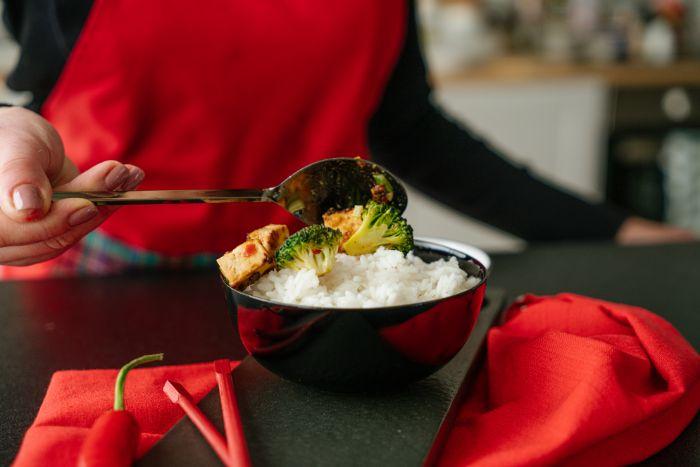 servir le tofu sur riz collant, idee comment faire un plat asiatique avec tofu soyeux mariné