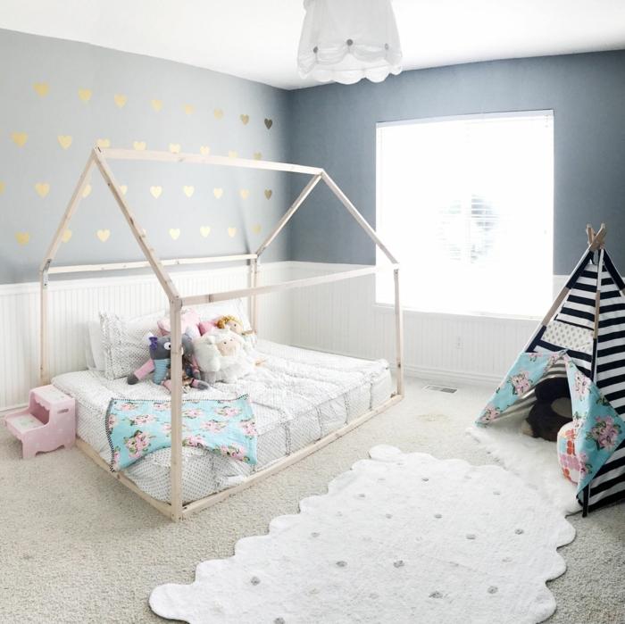Maison bois lit bébé montessori chambre de fille en rose et gris, idée déco chambre bébé montessori