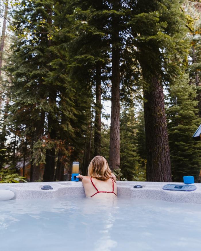 Avantages de spa extérieur, femme relax baignoire exterieur avec belle vue