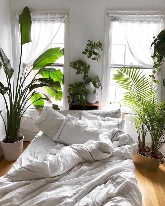 idée déco chambre adulte d'esprit boho moderne, aménagement petite chambre blanche avec plantes et parquet en bois