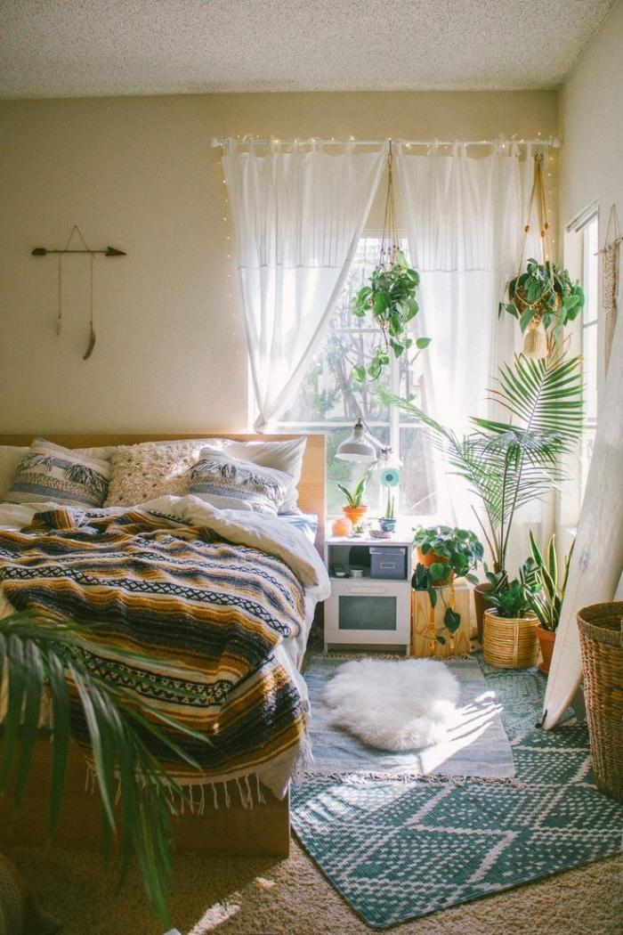 idée peinture chambre bohème pour ado, design pièce boho chic avec plantes suspendues et meubles en bois clair