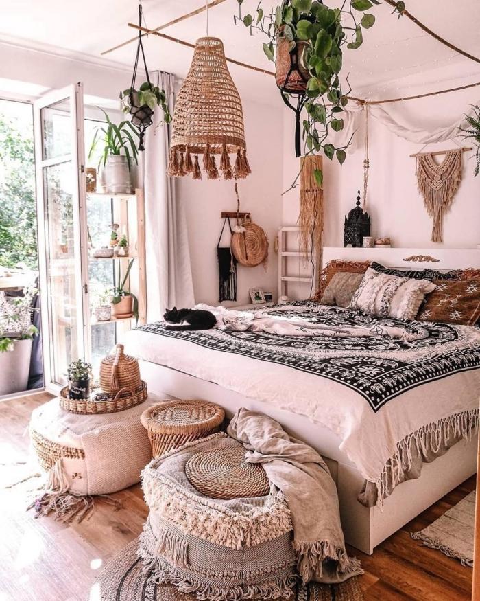deco chambre parentale d'esprit tropical avec accessoires tressés et meubles en bois blancs, design pièce boho chic moderne