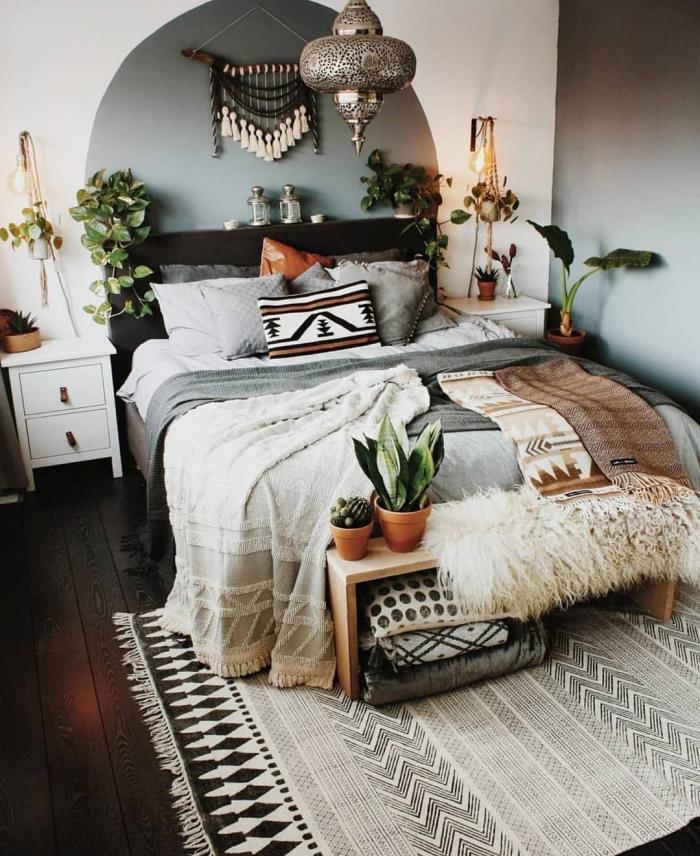 idée peinture chambre hippie chic aux murs en blanc et gris avec parquet de bois foncé, design chambre bohème en couleurs nature