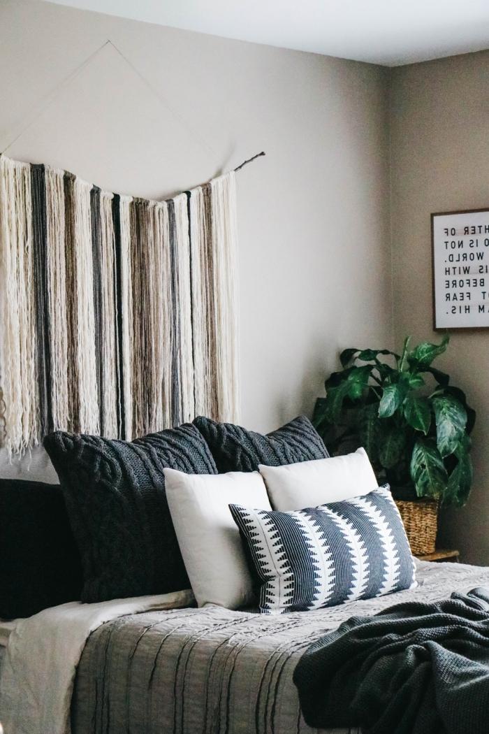 idée peinture chambre moderne de style boho chic aux murs beige et plafond bois avec meubles en bois foncé et linge de lit en gris