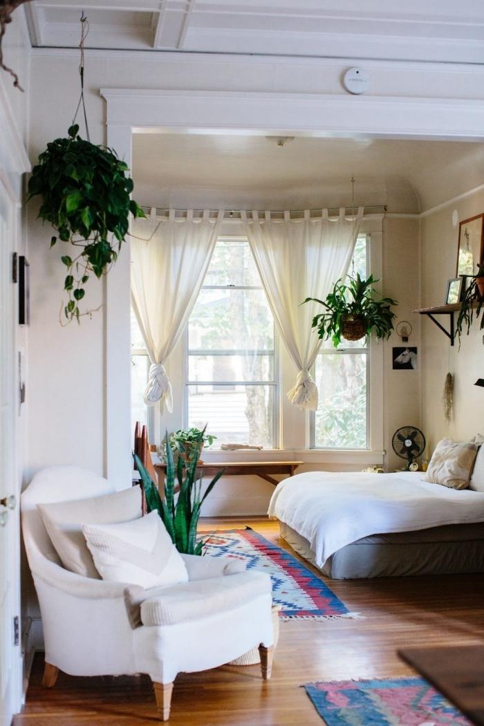 idée peinture chambre relaxante aux murs beige et plafond blanc avec parquet et meubles en bois foncé, déco chambre avec plantes