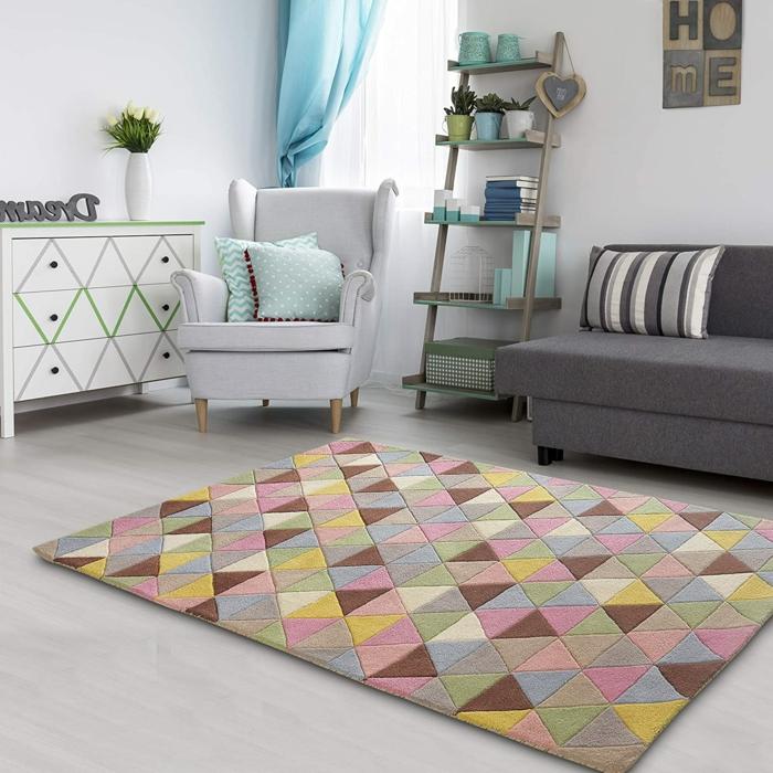 Tapis coloré géométrique canapé gris peinture chambre bébé, inspiration chambre pour fille en rose et gris