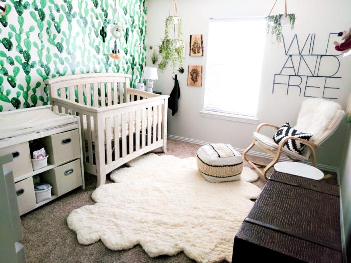 quelles couleurs pour décorer une chambre bébé mixte d'esprit exotique, design pièce enfant aux murs blancs avec meubles bois clair