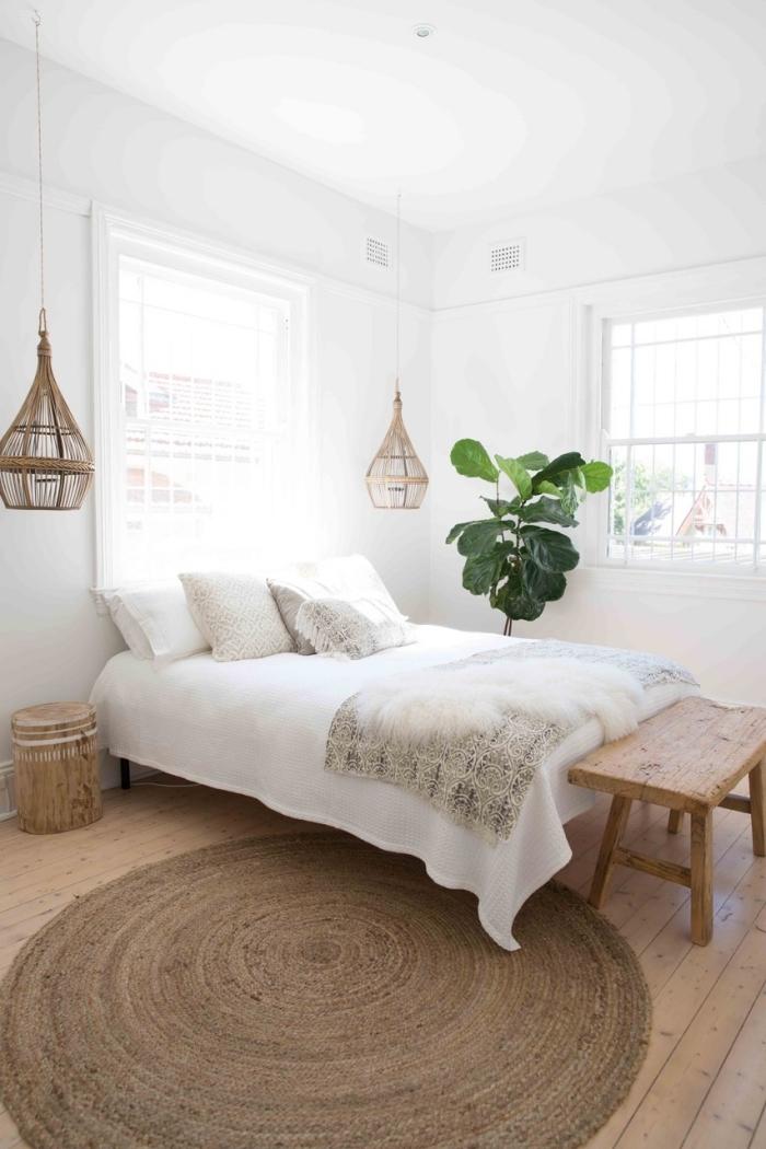 chambre adulte deco minimaliste d'esprit exotique, design chambre bohème avec meubles en bois et accessoires en fibre végétale