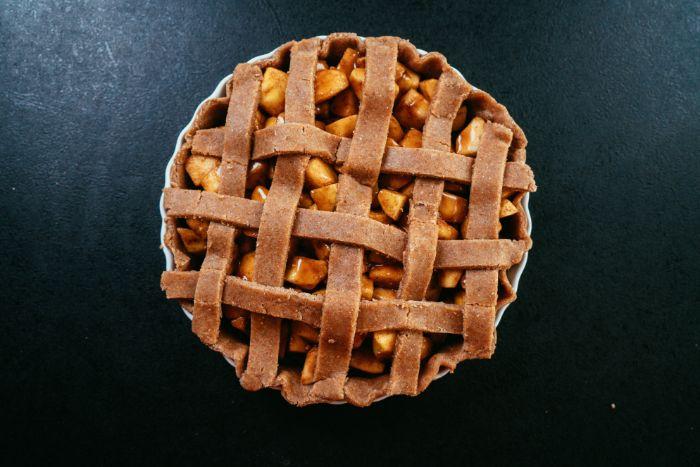 exemple de tarte aux pommes facile a faire soi meme avec farce de pommes à la cannelle et grille de pâte