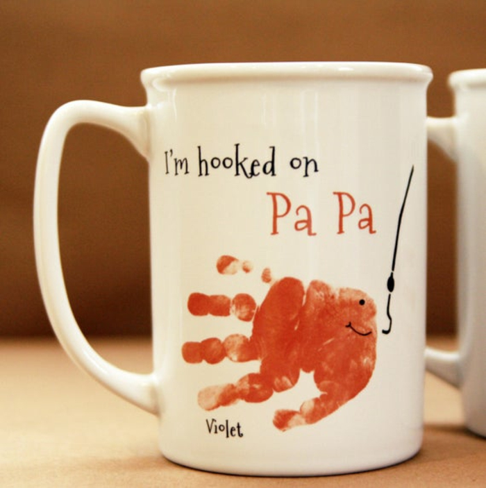 Tasse avec dessin de main empreinte bébé main cadeau fête des pères à fabriquer 2 ans, idée cadeau papa pour sa fete