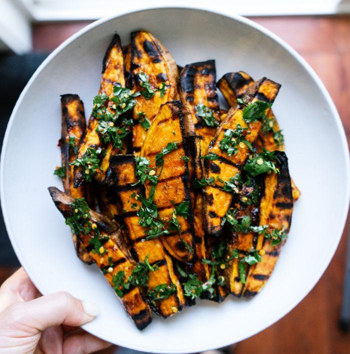 idée de tranches de patate douce grillées servies avec pesto vert, exemple grillade accompagnement simple