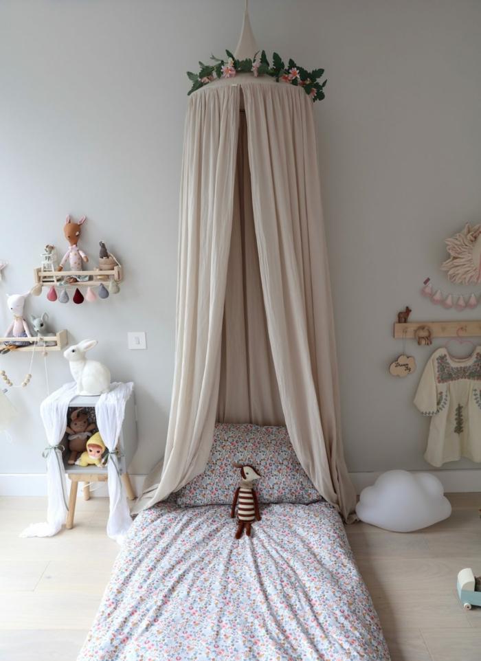 Lit avec canopée couronne de fleurs en top chambre bébé mixte, deco de chambre fille, thème chambre bébé