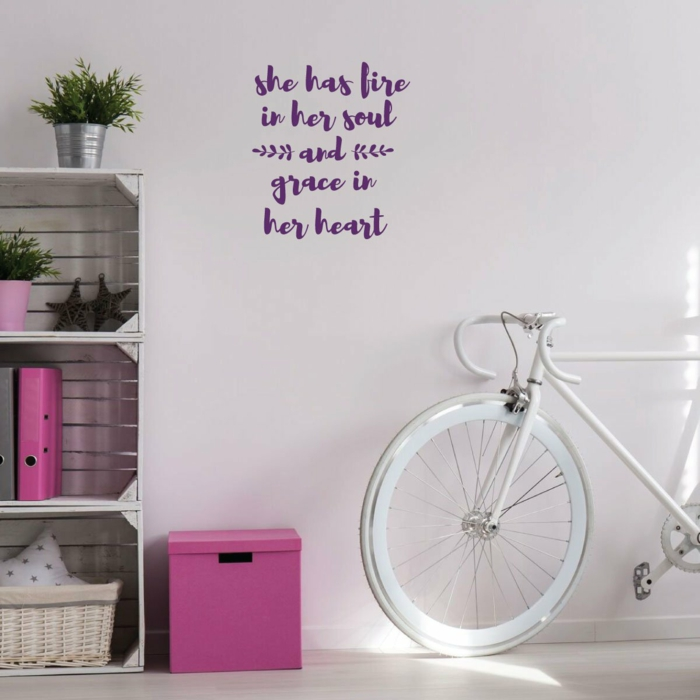 Bicyclette idee deco chambre bebe fille, belle decoration murale chambre fille mur ecriteau motivation
