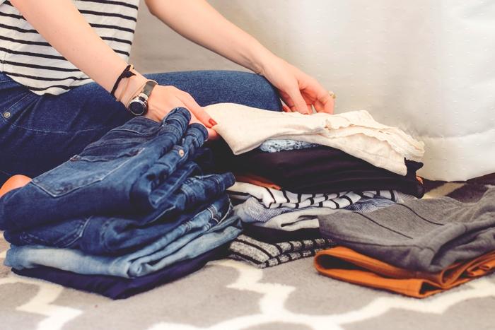 étapes à suivre pour bien organiser son dressing, faire le tri de ses vêtements, idée comment ranger ses vêtements