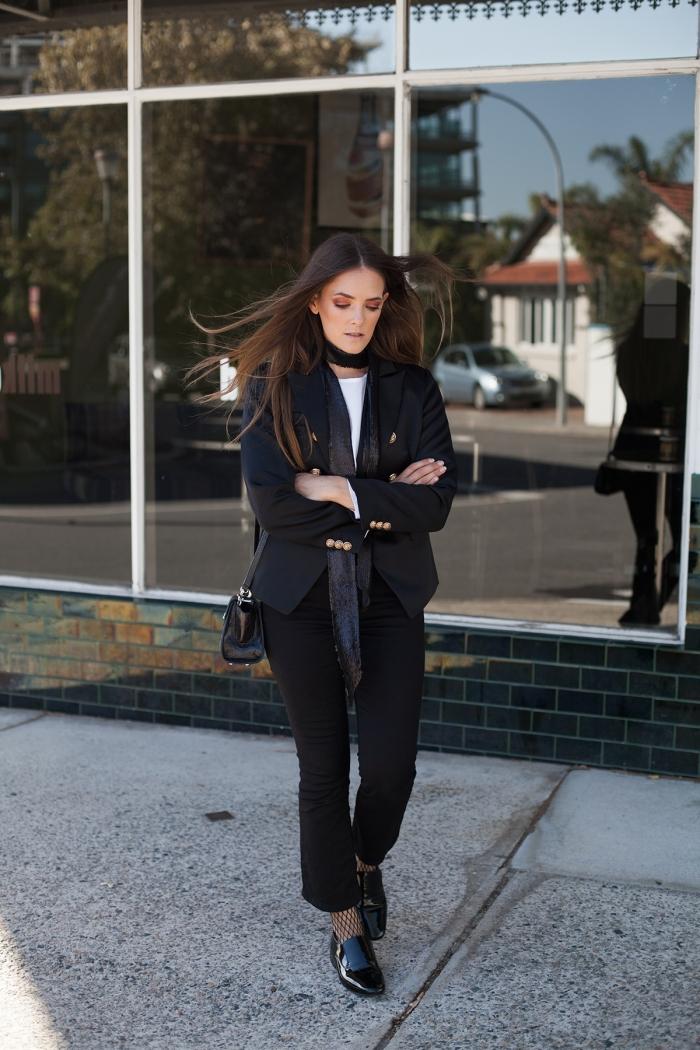 look femme professionnel avec vêtements noirs et top blanc, comment s'habiller avec un ensemble pantalon femme