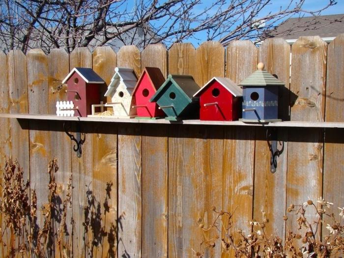 exemple comment décorer la clôture de son jardin avec modèles de maison pour oiseaux, fabriquer un nichoir pour mésange charbonnière