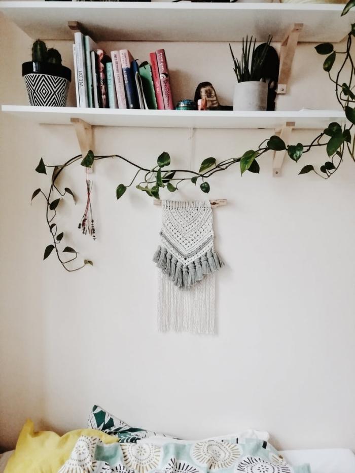 étagère murale bois blanc collection de livres accessoires déco pot fleur blanc et noir motifs géométriques tete de lit diy plante grimpante