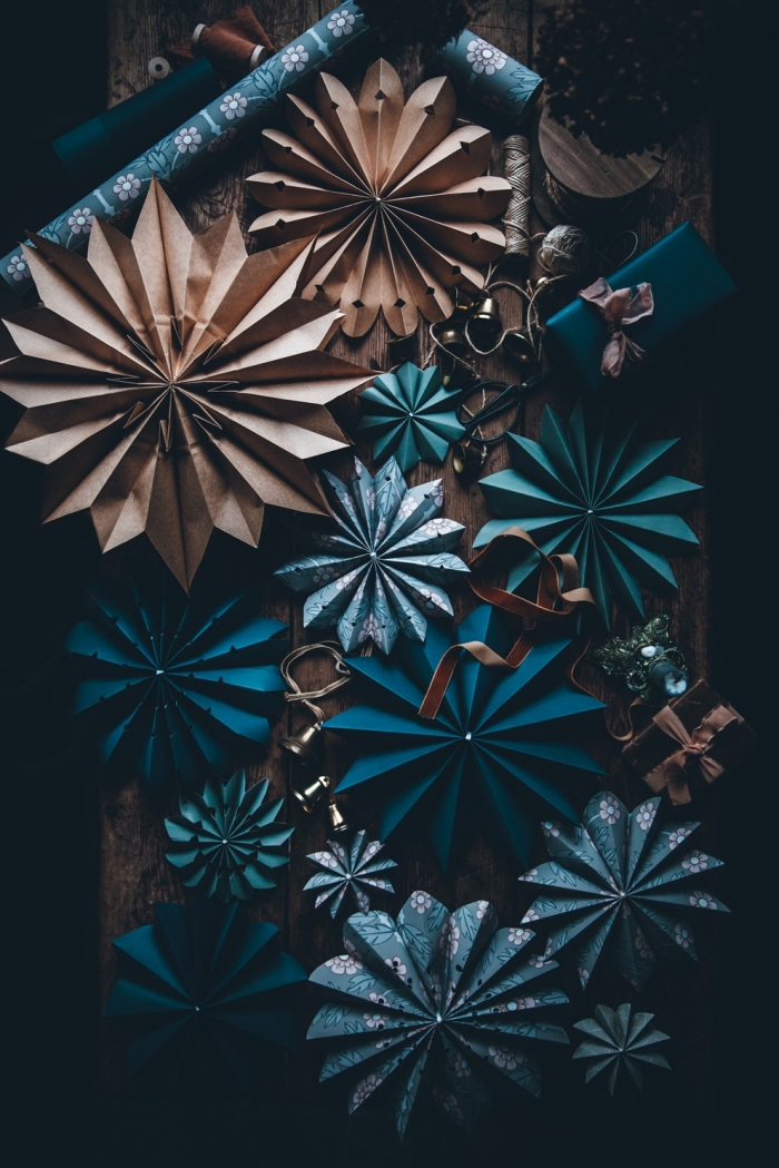 activité manuelle adulte, idée que faire avec du papier coloré, créations originales en papier scrapbooking en forme d'éventail
