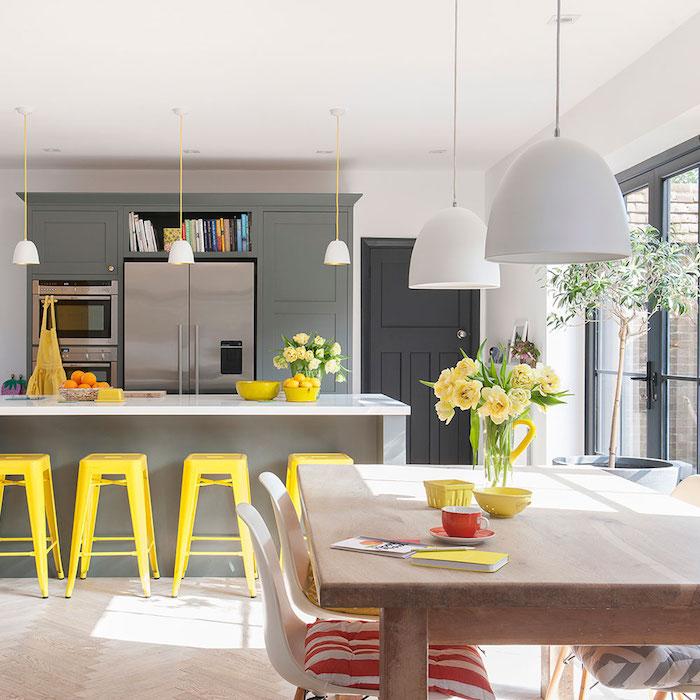 Chaise haute jaune, fleurs dans vases, cuisine tendance 2020, associer les couleurs dans une cuisine