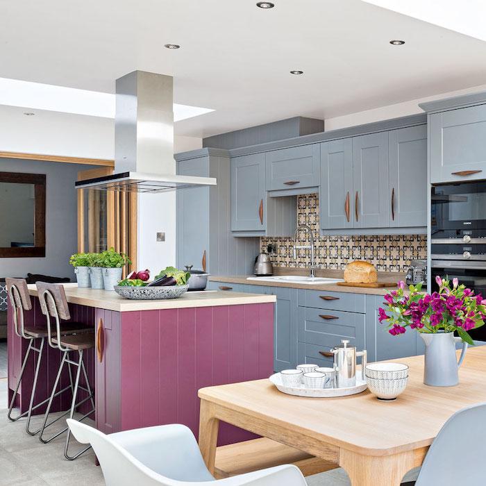 Cuisine bicolore bleu claire et violet, tendance cuisine 2020, association couleur à faire dans sa maison rustique
