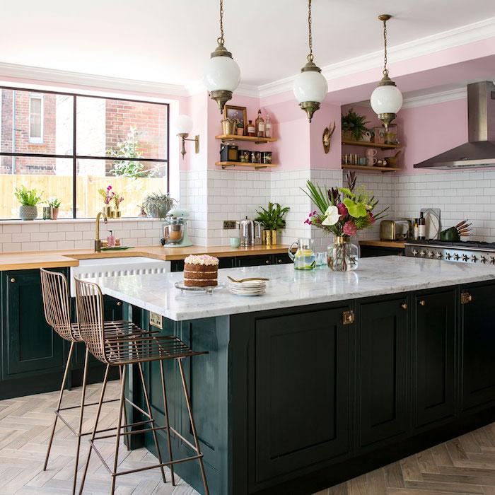 Ilot de cuisine sombre vert, briques blanches, peinture murale rose claire idée association couleur, cuisine tendance 2020, idée couleur mur cuisine