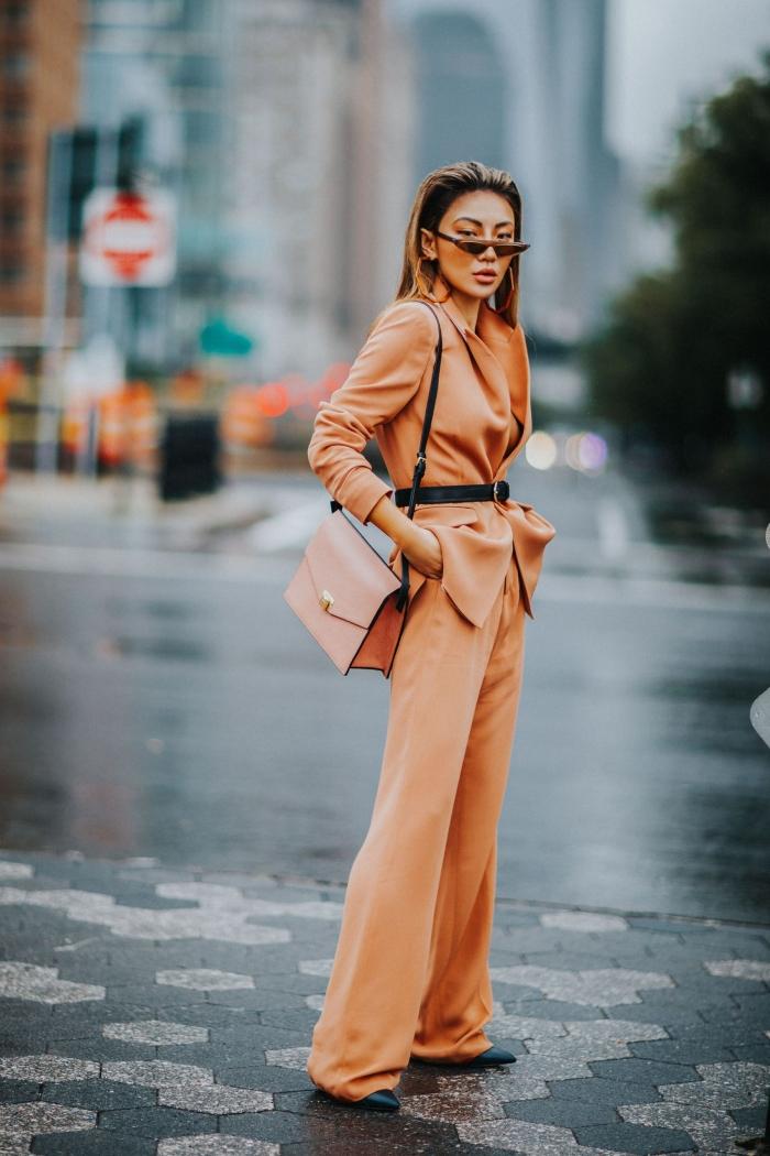 idée comment porter un pantalon tailleur femme avec accessoires tendances en noir, modèle de costume orange pour femme
