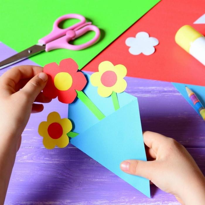 activité manuelle enfant pour la fête des mères, diy carte maman en forme de bouquet de fleurs fait en papier coloré