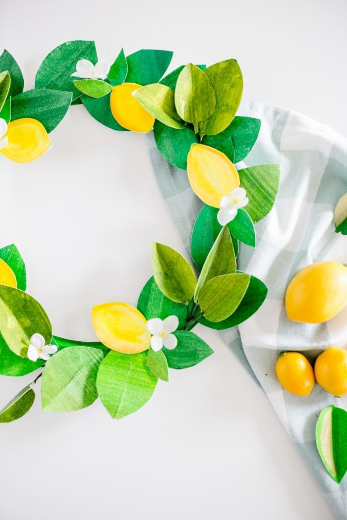 diy couronne décorative avec feuilles et citron en papier scrapbooking, idée d'activité manuelle maternelle facile et rapide