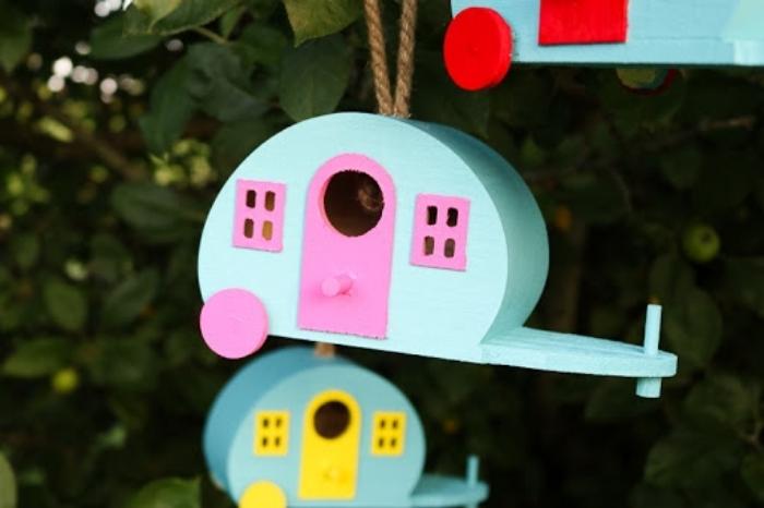 fabrication de cabane a oiseaux avec les enfants, modèles de mangeoires pour oiseaux DIY fabriquées avec bois et peinture