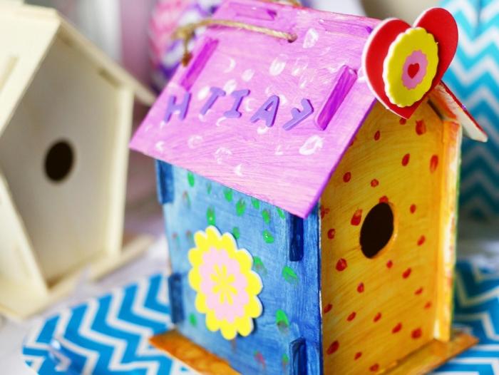 projet créatif pour enfant avec peinture, idée comment personnaliser une mangeoire en bois avec peinture