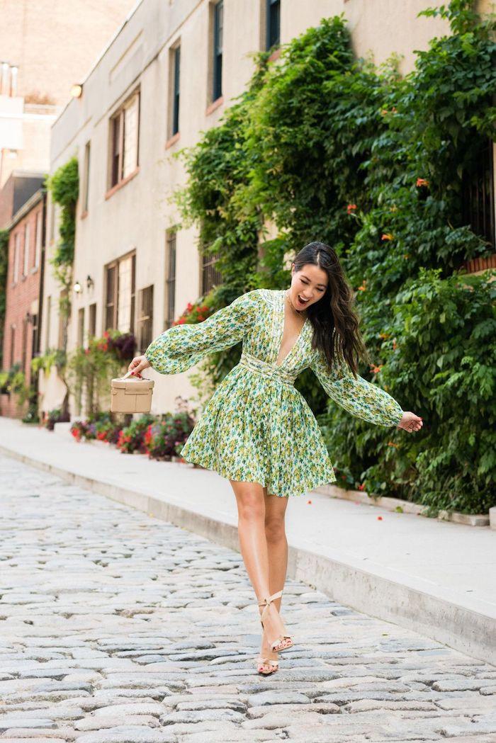 adorable photo femme souriante robe courte a manche longue et grand décolleté robe habillée idée tenue de jour ootd femme moderne été 2020