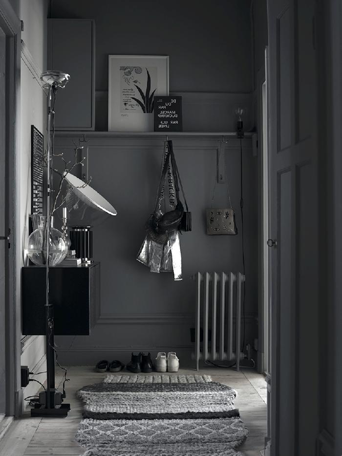 aménagement entrée design monochrome étagère murale suspendue tapis moelleux meubles noirs couloir appartement décoration
