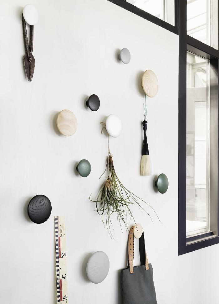 aménagement entrée idée rangement mural pour vêtements et accessoires decoration couloir moderne murs blancs fenêtres noires