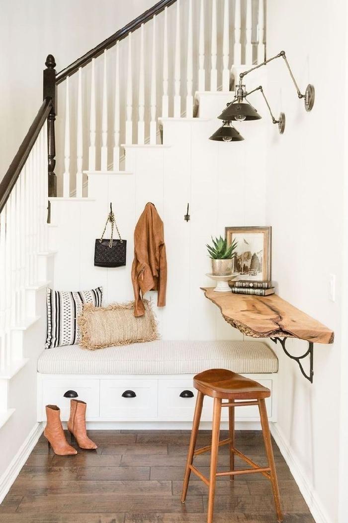 aménagement entrée maison interieur tabouret de bar cuir marron pieds bois étagère bois brut banquette avec rangement sous escalier