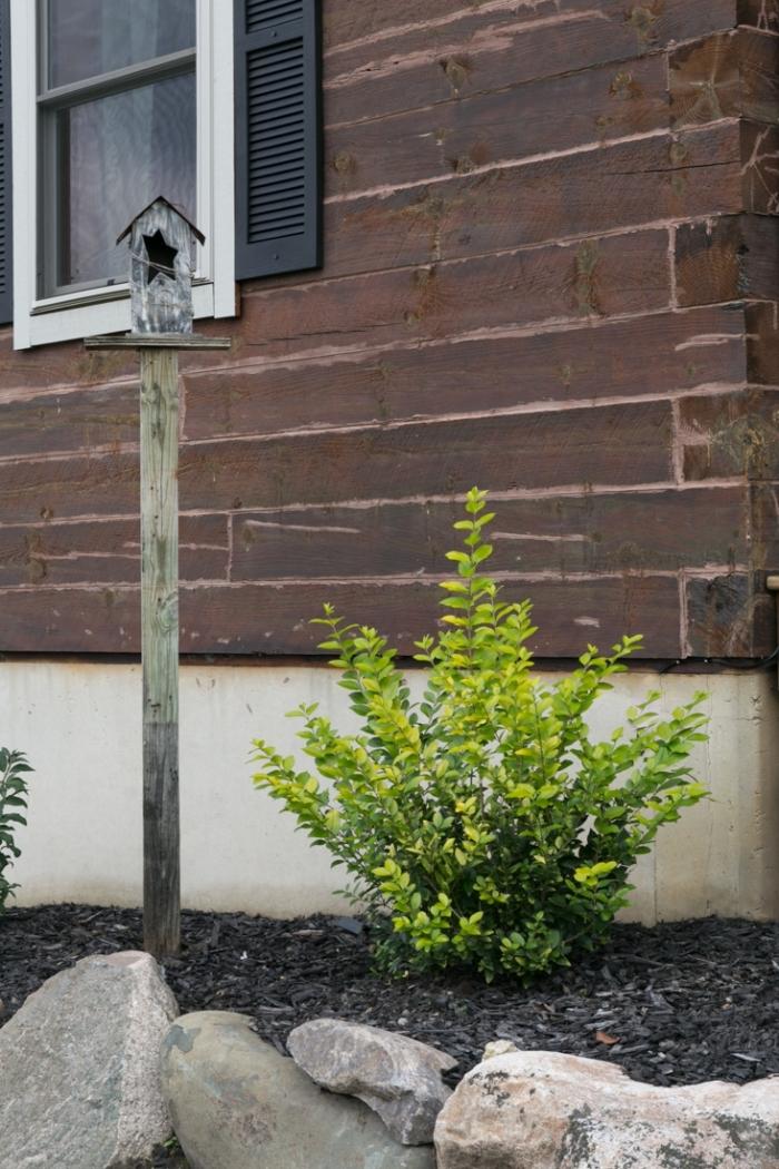 DIY mangeoire oiseaux sur pied en bois, idée comment décorer son extérieur avec une petite maison pour oiseau fait main