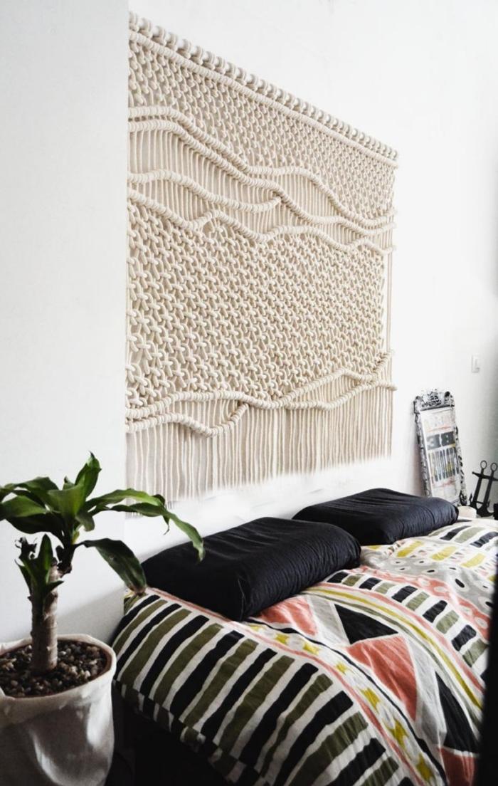 aménagement petite chambre ado plante verte palmier d intérieur cache pot tissu blanc tete de lit macrame housse noire oreillers