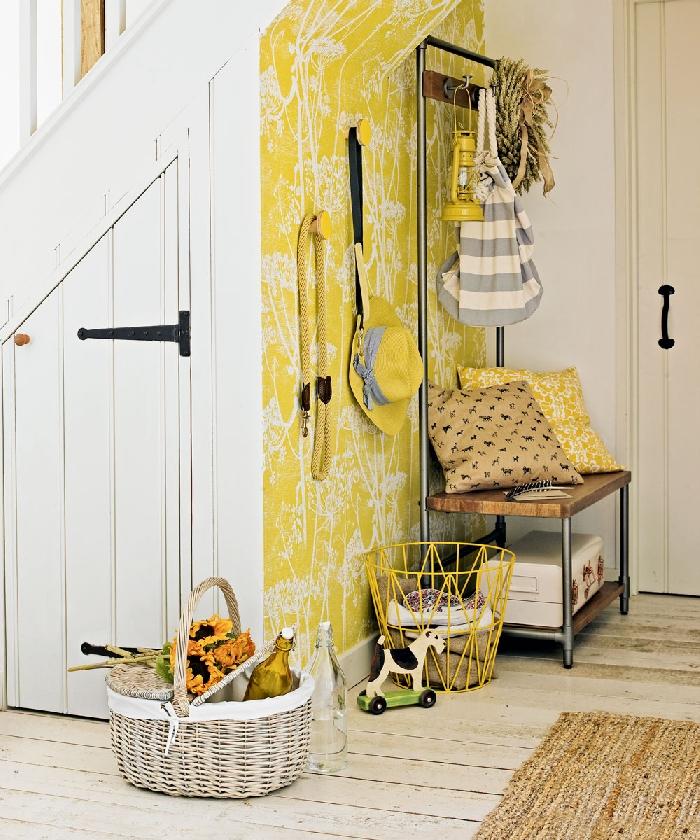 aménager une entrée de couleur jaune papier peint jaune à motifs fleurs blanches banquette bois et métal tapis jupe panier tressé blanc