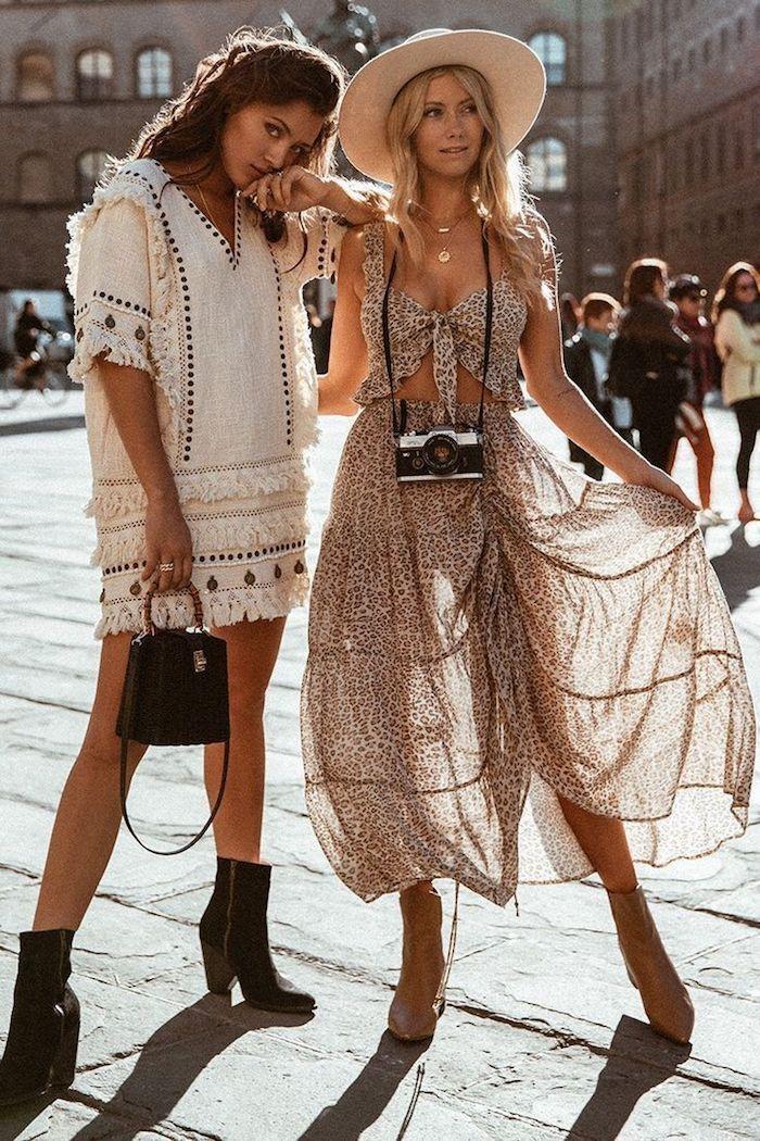 amies voyage en italie rove blanche courte femme brune et une tenue deux pièces top bustier et jupe dentelle animaliste quelles sont les tendances d ete 2020
