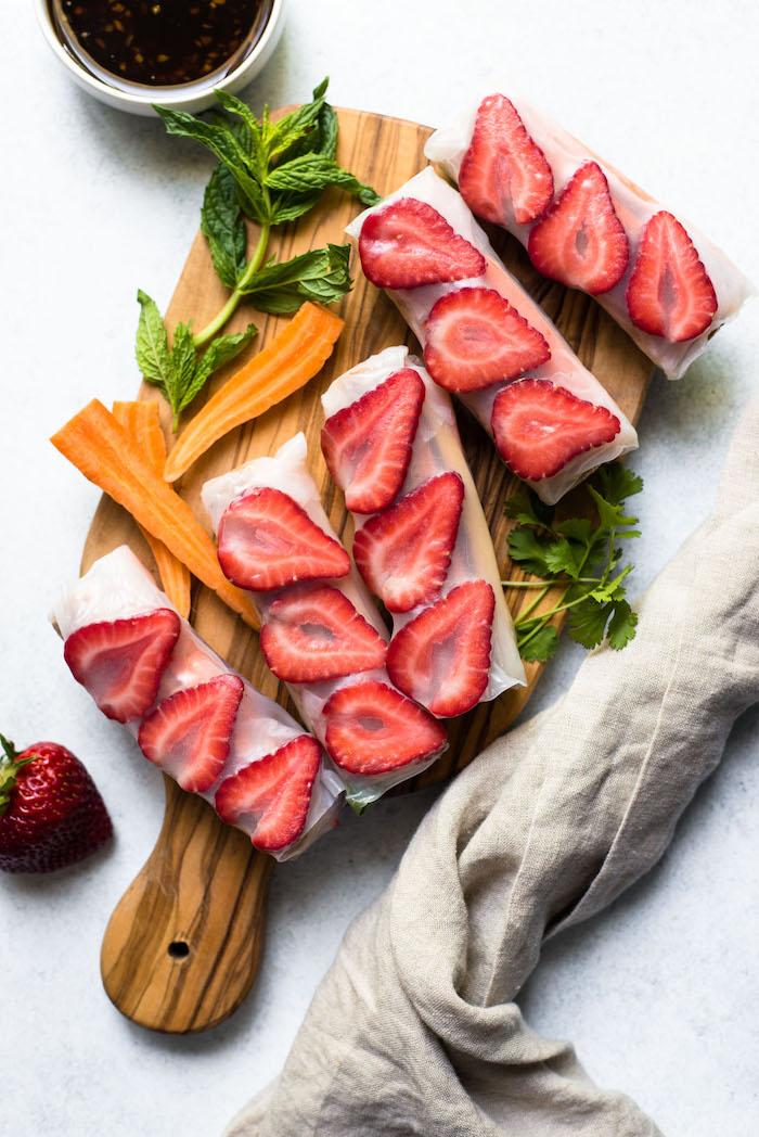 idee recette de printemps facile et original pour votre apero dinatoire de printemps, rouleau de printemps crevette aux carottes, fraises et poivrons