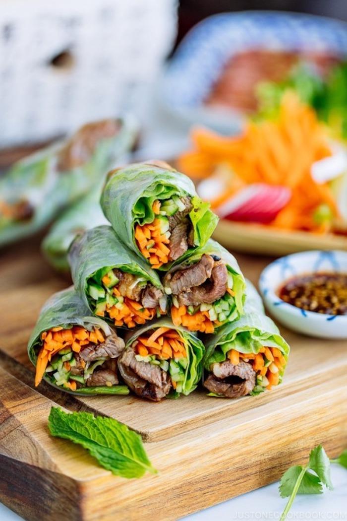 amuse bouche rapide pour apero, exemple de wrap apero aux carottes, concomnres, laitue et boeuf